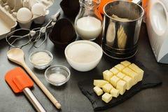 Sistema de los productos para la pasta de la torta de frutas, tamiz, mezclador, espátula, en la mesa Fotografía de archivo