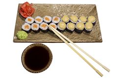 Sistema de los rollos de sushi Hosomaki en un primer estilizado rectangular de la placa Fotografía de archivo libre de regalías