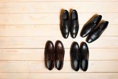 Sistema de los zapatos de los nuevos hombres de cuero brillantes Foto de archivo libre de regalías