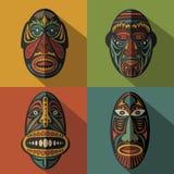 Sistema de máscaras tribales étnicas africanas en fondo del color Fotos de archivo libres de regalías