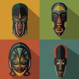 Sistema de máscaras tribales étnicas africanas en fondo del color Foto de archivo