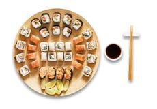 Sistema de maki y de rollos del sushi aislados en el blanco Imagen de archivo libre de regalías