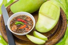 Sistema de mangos verdes con la salsa de pescados dulce Imágenes de archivo libres de regalías