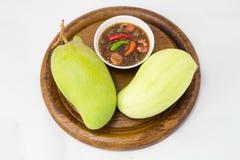 Sistema de mangos verdes con la salsa de pescados dulce Imagen de archivo