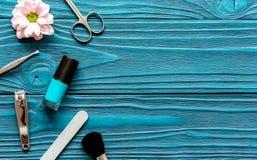 Sistema de manicura del esmalte de uñas y del balneario en fondo de madera oscuro Foto de archivo libre de regalías