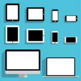 Sistema de maquetas de los dispositivos en diseño plano ilustración del vector