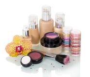 Sistema de maquillaje, cepillo para el maquillaje y flor de la orquídea aislada Fotografía de archivo