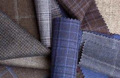 Sistema de materias textiles coloridas de la tela de las lanas al fondo Imágenes de archivo libres de regalías