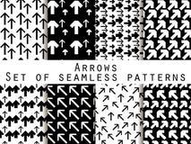 Sistema de modelos inconsútiles con las flechas Color blanco y negro Para el papel pintado, ropa de cama, tejas, telas, fondos ilustración del vector