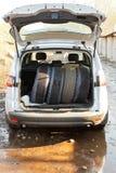 Sistema de neumáticos en la bota del coche fotos de archivo libres de regalías