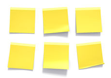 Sistema de notas pegajosas amarillas usadas en una oficina para los recordatorios y la información importante Foto de archivo