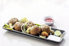 Sistema de Oriente Medio del arrancador del disco del bocado de la comida del falafel del garbanzo foto de archivo