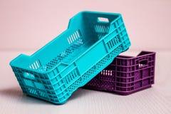 Sistema de pequeñas cajas plásticas Fotos de archivo