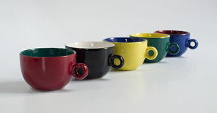 Sistema de pequeñas tazas coloridas Foto de archivo