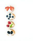 Sistema de pequeños bocadillos dulces con el queso cremoso y el bosque fresco Imagenes de archivo