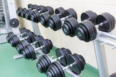 Sistema de pesas de gimnasia fotos de archivo