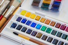 Sistema de pinturas de la acuarela con los cepillos Imágenes de archivo libres de regalías