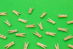 Sistema de pinzas de madera en fondo verde Fotografía de archivo libre de regalías