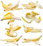 Sistema de plátanos pelados y de cáscaras del plátano aislados Imagen de archivo libre de regalías