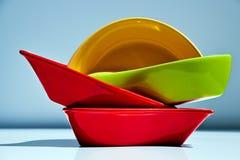 Sistema de platos de cerámica multicolores fotografía de archivo libre de regalías