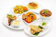 Sistema de platos internacionales dispuestos para abastecer fotos de archivo libres de regalías