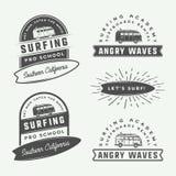Sistema de practicar surf del vintage, de verano y de logotipos retros del viaje, emblemas, Imágenes de archivo libres de regalías