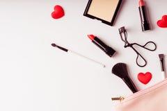 Sistema de productos de los cosméticos del maquillaje con el bolso en la visión superior, vintage s imagen de archivo