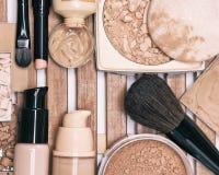Sistema de productos de maquillaje de la fundación con los cepillos profesionales Imagen de archivo