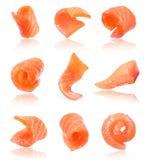 Sistema de rebanadas jugosas de salmones aislados en el fondo blanco Fotos de archivo