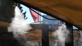Sistema de refrigeração na rua Pulverizando um fim frio do vapor acima Movimento lento vídeos de arquivo