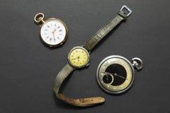 Sistema de relojes del estilo del vintage en fondo negro Fotografía de archivo