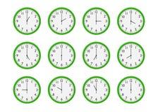 Sistema de relojes de pared verdes con momento diferente aislados en el fondo blanco Fotos de archivo