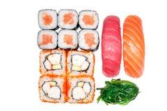 Sistema de rollos, rollo California, salmón del rollo, salmones del sushi, atún del sushi Fotos de archivo