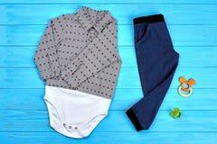 Sistema de ropa casual para el bebé foto de archivo
