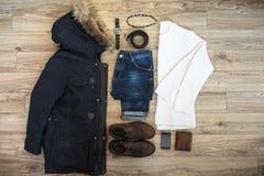 Sistema de ropa casual y de accesorios de los hombres del invierno en backg de madera Imágenes de archivo libres de regalías