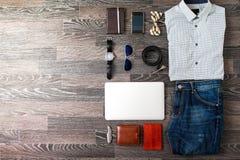 Sistema de ropa casual y de accesorios de los hombres en el negro oscuro b de madera Foto de archivo