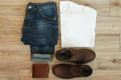 Sistema de ropa casual y de accesorios de los hombres en fondo de madera Fotografía de archivo libre de regalías