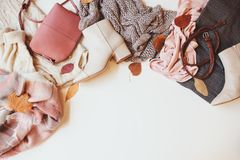 Sistema de ropa estacional de la mujer de la moda del otoño, visión superior con el espacio de la copia imagen de archivo libre de regalías