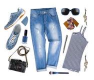 Sistema de ropa femenina y de accesorios del viaje aislados en blanco Imagen de archivo libre de regalías
