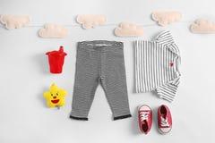 Sistema de ropa y de accesorios del bebé Foto de archivo