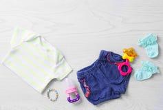 Sistema de ropa y de accesorios del bebé Fotos de archivo