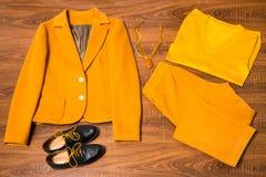 Sistema de ropa y de accesorios femeninos elegantes Fotos de archivo libres de regalías