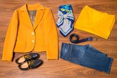 Sistema de ropa y de accesorios femeninos elegantes Fotografía de archivo libre de regalías