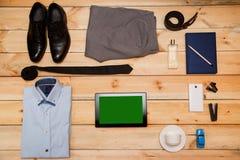 Sistema de ropa y de accesorios para el hombre en fondo de madera Fotos de archivo