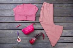 Sistema de ropa y de accesorios rosados del invierno foto de archivo