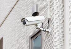 Sistema de seguridad de la cámara de vídeo en la pared imagen de archivo libre de regalías
