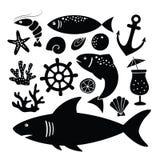 Sistema de siluetas negras del tiburón, pescados, camarón, cáscaras y otros animales de mar e iconos del objeto aislados en blanc stock de ilustración