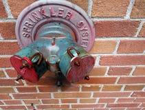 Sistema de sistema de extinção de incêndios do metal da cidade na parede de tijolo Fotografia de Stock