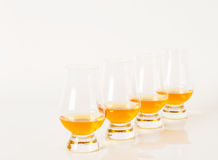 Sistema de sola malta que prueba los vidrios, solo whisky de malta en glas Fotos de archivo libres de regalías