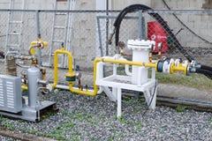 Sistema de suministro de gas en la estación del repuesto - indicadores de presión, tubos, compresores Foto de archivo